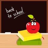 Di nuovo al banco: mela, libri e scheda nera Fotografie Stock