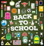 Di nuovo al banco Rifornimenti di scuola sul fondo verde del bordo di gesso royalty illustrazione gratis