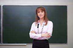 Di nuovo al banco Ritratto dell'insegnante con gesso Fotografie Stock