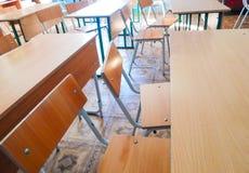 Di nuovo al concetto del banco Aula vuota della scuola, una stanza di conferenza con gli scrittori e sedie di legno per l'apprend fotografia stock