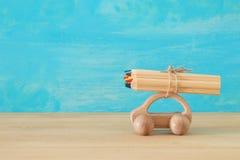 Di nuovo al concetto del banco Automobile di legno del giocattolo con le matite variopinte sul tetto Immagine Stock