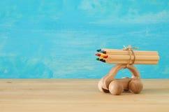 Di nuovo al concetto del banco Automobile di legno del giocattolo con le matite variopinte sul tetto Immagine Stock Libera da Diritti
