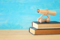 Di nuovo al concetto del banco Automobile di legno del giocattolo con le matite variopinte sul tetto sopra la pila di libri Fotografia Stock Libera da Diritti