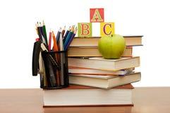 Di nuovo al concetto del banco con i libri e le matite Fotografia Stock