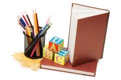 Di nuovo al concetto del banco con i libri e le matite Fotografie Stock Libere da Diritti