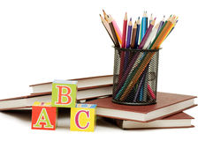 Di nuovo al concetto del banco con i libri e le matite Immagine Stock