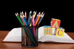 Di nuovo al concetto del banco con i libri e le matite Immagini Stock