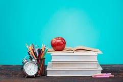 Di nuovo al concetto del banco Libri, matite colorate ed orologio Fotografia Stock Libera da Diritti