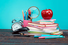 Di nuovo al concetto del banco Libri, matite colorate ed orologio Fotografia Stock