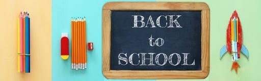 Di nuovo al concetto del collage della scuola oggetti e rifornimento della scuola con la lavagna dell'aula Immagini Stock Libere da Diritti