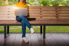 Di nuovo al concetto dell'università dell'istituto universitario di conoscenza di istruzione scolastica, giovani che sono compute fotografia stock libera da diritti