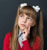 Di nuovo al concetto della scuola - bambina che sogna di qualcosa Immagini Stock Libere da Diritti