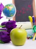 Di nuovo al concetto della scuola con i fiori e la mela Fotografie Stock Libere da Diritti