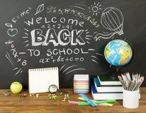 Di nuovo al concetto della scuola con scrittura sulla lavagna e sullo scrittorio, appl Immagine Stock Libera da Diritti