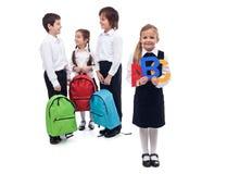 Di nuovo al concetto della scuola con un gruppo di conversazione dei bambini Immagini Stock