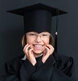 Di nuovo al concetto della scuola - ragazza che porta l'abito nero di graduazione Fotografia Stock Libera da Diritti