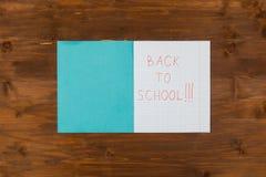 Di nuovo al messaggio della scuola scritto sul taccuino aperto Immagine Stock Libera da Diritti