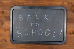 Di nuovo al messaggio della scuola sulla lavagna Immagine Stock Libera da Diritti