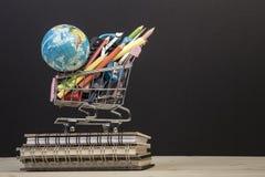 Di nuovo al modello della scuola con cancelleria multipla in agai del carrello Fotografie Stock