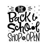 Di nuovo al negozio della scuola è la citazione aperta Di nuovo alla frase d'iscrizione disegnata a mano in bianco e nero di logo illustrazione vettoriale