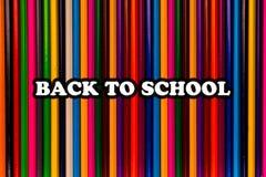 Di nuovo al testo di scuola sulle matite variopinte luminose immagini stock libere da diritti