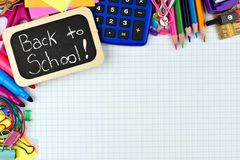 Di nuovo all'etichetta della scuola con i rifornimenti di scuola su carta rappresentante graficamente Immagine Stock