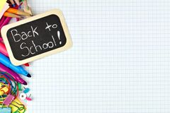 Di nuovo all'etichetta della scuola con i rifornimenti di scuola su carta rappresentante graficamente Fotografie Stock Libere da Diritti
