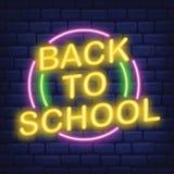 Di nuovo all'insegna al neon della scuola sull'illustrazione scura di vettore del fondo del mattone illustrazione vettoriale