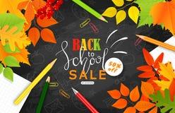 Di nuovo all'insegna di vendita della scuola Foglie di autunno, matite, graffette e strati del taccuino sulla lavagna Illustrazio Fotografia Stock