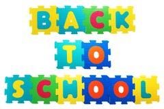 Di nuovo alla concezione della scuola fatta con i giocattoli di gomma isolati su briciolo Fotografia Stock