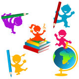 Di nuovo alla priorità bassa del banco con i bambini ed i libri Fotografie Stock Libere da Diritti