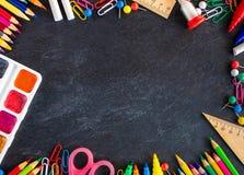 Di nuovo alla priorità bassa del banco (EPS+JPG) Rifornimenti di scuola sul bordo di gesso nero fotografie stock