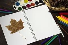 Di nuovo alla scuola, autunno, l'inizio della scuola Fondo, Fotografie Stock