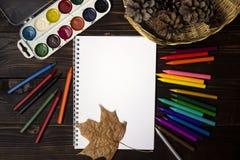 Di nuovo alla scuola, autunno, l'inizio della scuola Fondo, insieme Fotografie Stock