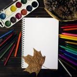 Di nuovo alla scuola, autunno, l'inizio della scuola Fondo, insieme Fotografia Stock