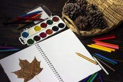 Di nuovo alla scuola, autunno, l'inizio della scuola Fondo, insieme Immagini Stock