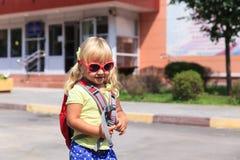 Di nuovo alla scuola - bambina alla scuola materna o alla guardia Fotografia Stock Libera da Diritti
