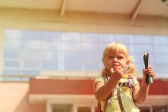 Di nuovo alla scuola - bambina alla scuola materna o alla guardia Fotografie Stock Libere da Diritti