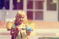 Di nuovo alla scuola - bambina alla scuola materna o alla guardia Immagine Stock Libera da Diritti
