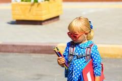 Di nuovo alla scuola - bambina vicino alla scuola materna o alla guardia Immagine Stock Libera da Diritti