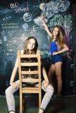Di nuovo alla scuola dopo le vacanze estive, due ragazze reali teenager in Cl immagine stock libera da diritti