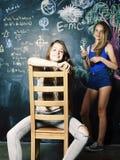 Di nuovo alla scuola dopo le vacanze estive, due ragazze reali teenager in Cl fotografie stock libere da diritti