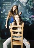 Di nuovo alla scuola dopo le vacanze estive, due ragazze reali teenager in Cl fotografia stock libera da diritti