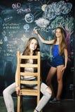 Di nuovo alla scuola dopo le vacanze estive, due ragazze reali teenager in Cl fotografia stock