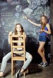 Di nuovo alla scuola dopo le vacanze estive, due teenager Fotografia Stock Libera da Diritti