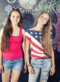 Di nuovo alla scuola dopo le vacanze estive, due teenager Immagine Stock