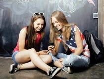 Di nuovo alla scuola dopo le vacanze estive, due teenager Fotografia Stock