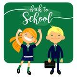Di nuovo alla scuola, a due studenti, allo scolaro, al ragazzo sveglio ed alla ragazza nella forma Fotografie Stock Libere da Diritti