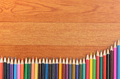 Di nuovo alle matite di colore della scuola su fondo Fotografia Stock