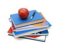 Di nuovo alla scuola: pila di libri con la mela rossa Immagini Stock Libere da Diritti